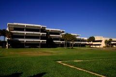 Edificio moderno en campus de la escuela Imagen de archivo libre de regalías