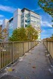Edificio moderno en centro de ciudad Imagen de archivo libre de regalías
