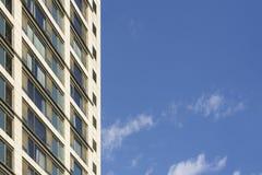 Edificio moderno en ciudad fotografía de archivo libre de regalías