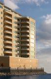 Edificio moderno en el agua foto de archivo