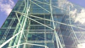 Edificio moderno en el cielo almacen de video
