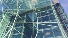 Edificio moderno en el cielo metrajes