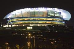 Edificio moderno en la noche foto de archivo libre de regalías