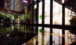 Edificio moderno en la noche Imagenes de archivo