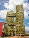 Edificio moderno en la opinión de ángulo bajo de Medellin foto de archivo