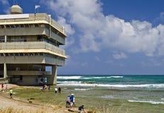 Edificio moderno en la playa de la bahía de Haifa, Israel fotografía de archivo libre de regalías