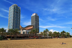 Edificio moderno en la playa de la ciudad Barcelona, España Imagen de archivo