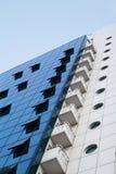 Edificio moderno en los colores blancos y azules Imagen de archivo