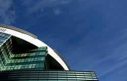 Edificio moderno en un cielo azul con las nubes fotos de archivo