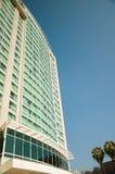Edificio moderno en un cielo del fondo Imagen de archivo
