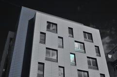 Edificio moderno. Foto infrarrojo Foto de archivo libre de regalías