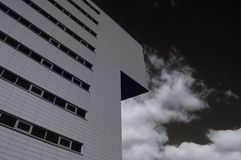 Edificio moderno. Foto infrarrojo Foto de archivo
