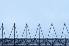 Edificio moderno hecho de triángulos simétricos Imagen de archivo libre de regalías