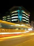 Edificio moderno por noche Imagenes de archivo
