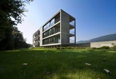 Edificio moderno, visión desde el jardín Imagenes de archivo