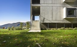 Edificio moderno, visión desde el jardín Foto de archivo