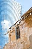 Edificio moderno y casa vieja Fotos de archivo