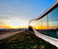 Edificio moderno y puesta del sol Imágenes de archivo libres de regalías