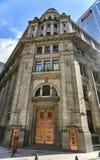 Edificio monumental con la puerta de bronce Foto de archivo libre de regalías