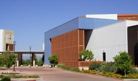 Edificio municipal contemporáneo fotos de archivo