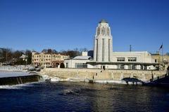 Edificio municipal en el río del Fox fotos de archivo