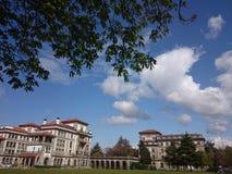 Edificio, nubes y cielo imagen de archivo