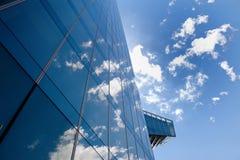Edificio, nubes y cielo de la oficina de negocios en Barcelona, España Imagen de archivo libre de regalías