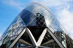 30 edificio o pepinillo del St Mary Axe en Londres, cielo azul Imagen de archivo