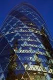 30 edificio o pepinillo del St Mary Axe iluminado en la noche en Londres Fotos de archivo