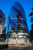 30 edificio o pepinillo del St Mary Axe iluminado en Londres Imagen de archivo libre de regalías