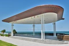 Edificio público de la etapa en frente de la playa en Yeppoon, QLD Imagenes de archivo