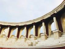 Edificio panorámico de marfil del rojo de vino de un romano viejo Imagenes de archivo