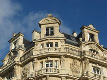 Edificio parisiense antiguo fotografía de archivo libre de regalías