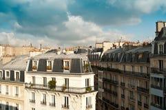 Edificio parisiense antiguo típico en París Imágenes de archivo libres de regalías