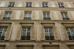 Edificio parisiense típico Fotos de archivo