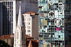 Edificio per uffici abbandonato davanti ad una chiesa cattolica Immagine Stock Libera da Diritti