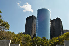 Edificio per uffici accanto al parco Fotografie Stock Libere da Diritti
