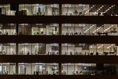 Edificio per uffici alla notte Fotografia Stock
