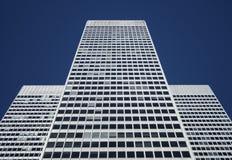 Edificio per uffici bianco simmetrico Immagini Stock Libere da Diritti