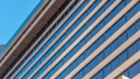 Edificio per uffici come visto dal livello del suolo e dallo sguardo verso l'alto fotografia stock