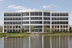 Edificio per uffici con il lago Fotografia Stock