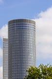 Edificio per uffici con l'albero Fotografia Stock Libera da Diritti