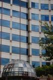 Edificio per uffici con l'entrata di vetro della cupola, Portland, Oregon immagine stock
