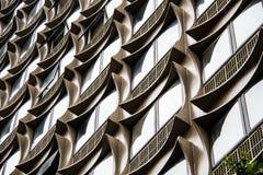 Edificio per uffici con le strutture quadrate concrete delle finestre Fotografie Stock Libere da Diritti