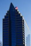Edificio per uffici con Windows blu e la bandiera degli Stati Uniti Fotografia Stock Libera da Diritti