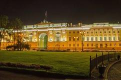 Edificio per uffici del senato alla notte in San Pietroburgo fotografia stock