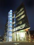Edificio per uffici di principi scambio nel centro urbano di Leeds illuminato alla notte fotografie stock