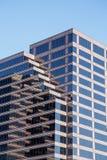 Edificio per uffici di vetro a strisce in bianco e nero di Brown Fotografia Stock