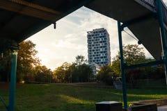 Edificio per uffici di vista dalla fermata del sottopassaggio attraverso il cielo di tramonto del ponte Fotografia Stock