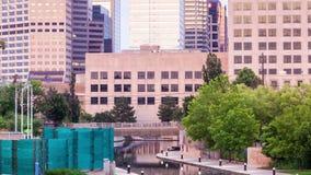Edificio per uffici e canale durante l'alba stock footage